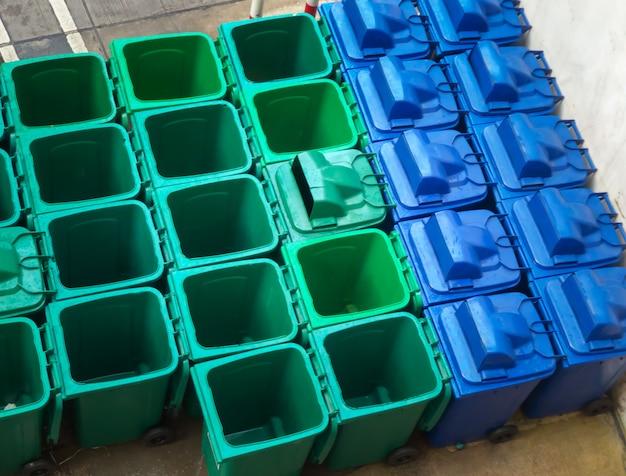 Prullenbak vuilnisbakken bakken in de afvalopslagfaciliteit. Premium Foto