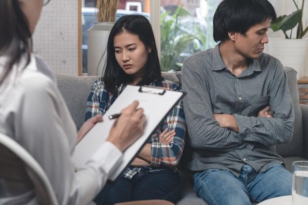 Psycholoog die met aziatisch echtpaar bij kliniek spreekt. Premium Foto