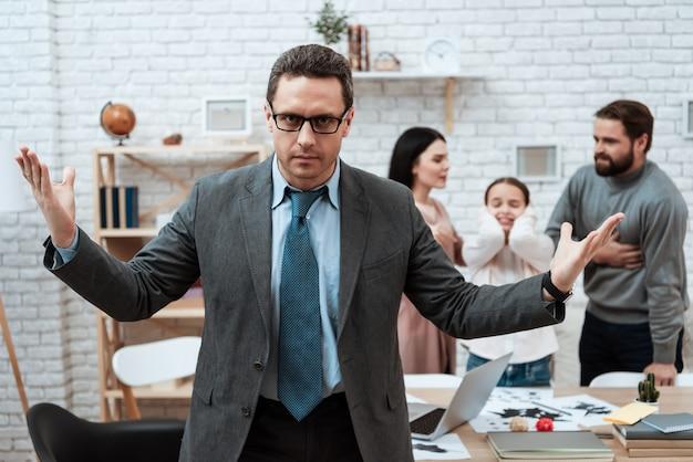 Psycholoog spreidt handen terwijl gezinsgevechten Premium Foto