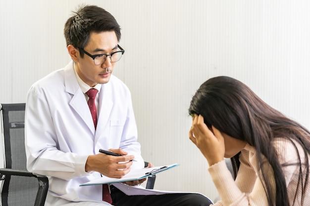Psychotherapeut arts bezoekende geduld huis werken met depressieve aziatische vrouw Premium Foto