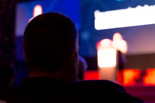 Publiek luistert naar de sprekers op het podium in de conferentiezaal of seminar vergadering, zakelijke en educatieve concept Premium Foto