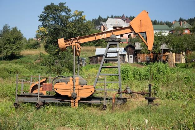 Pumpjack voor olieproductie Premium Foto