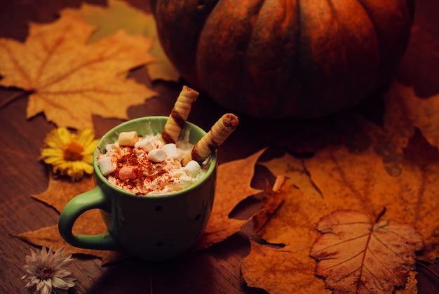 Pumpkin spice latte met melk, room en marshmallow Premium Foto