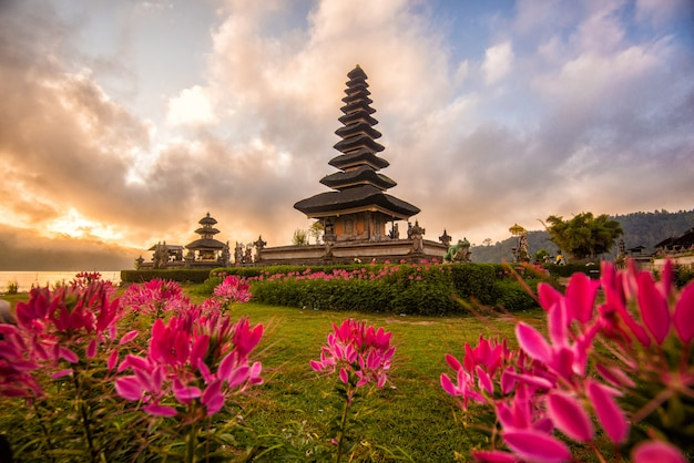 Pura ulun danu bratan ochtendzonsopgang, hindoese tempel in bratan-meer bali, indonesië Premium Foto