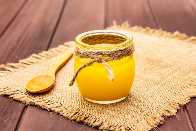 Pure of desi ghee (ghi), geklaarde gesmolten boter Premium Foto