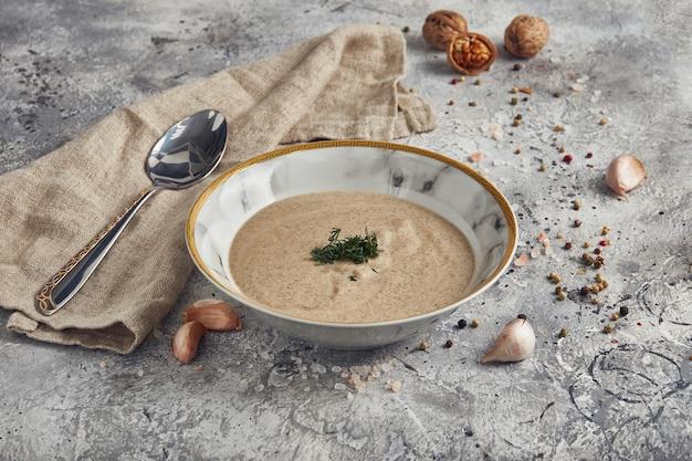 Pureer soep champignons in een kom op een lichte achtergrond, dieetmenu Premium Foto