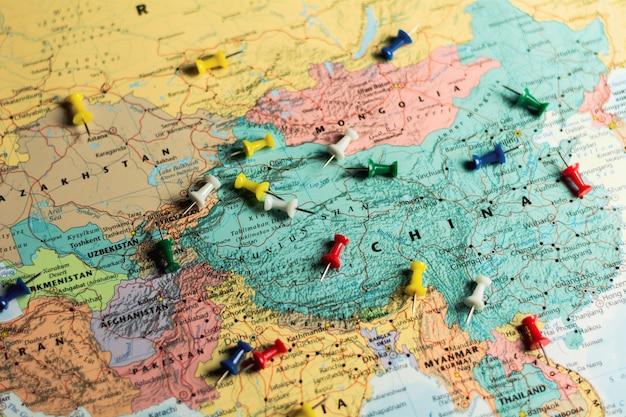 Push pins op wereldkaart. Premium Foto