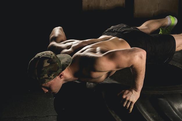 Push-up oefening op fitnesstraining voor banden Premium Foto
