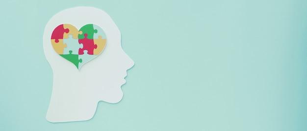 Puzzel hart op hersenen, mentale gezondheid concept, wereld autisme bewustzijn dag Premium Foto