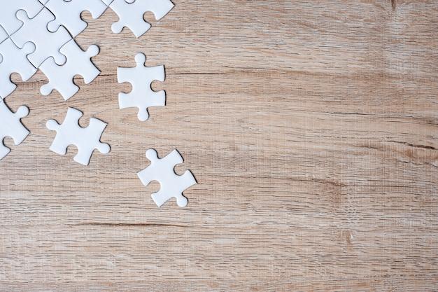 Puzzelstukjes op houten tafel achtergrond Premium Foto