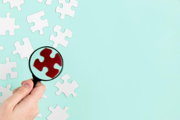 Puzzelstukken met vergrootglas Gratis Foto