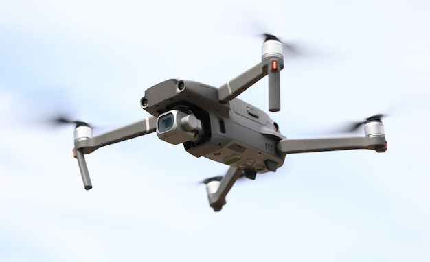 Quadrocoptervlieg op de achtergrond van de hemelclose-up Premium Foto