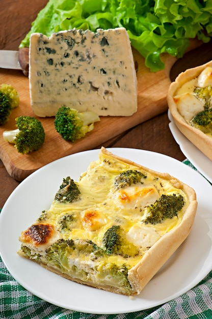Quiche met broccoli en feta-kaas Premium Foto