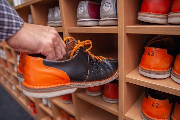 Rack met schoenen voor bowlen in verschillende maten Premium Foto