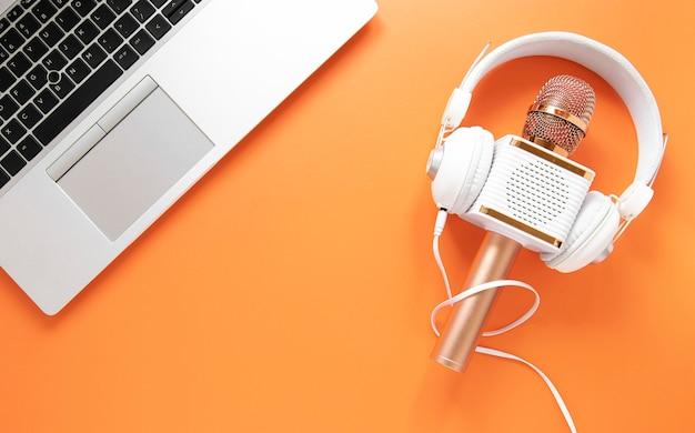 Radioconcept met hoofdtelefoons en laptop Gratis Foto