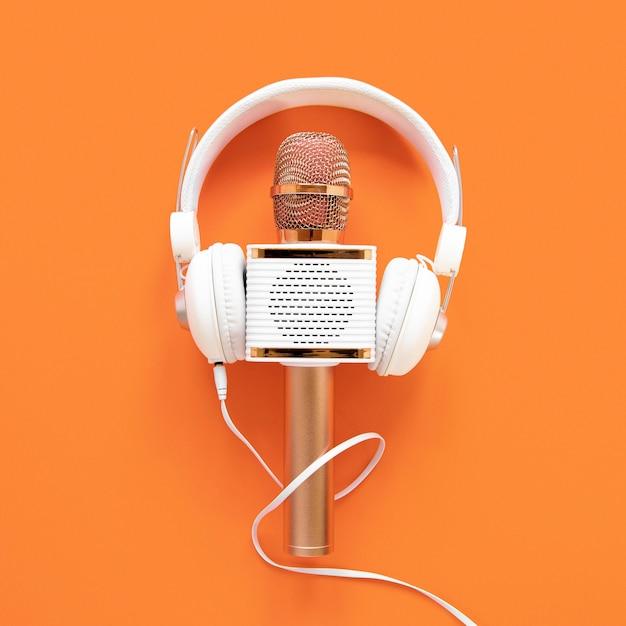 Radioconcept met microfoon en hoofdtelefoons Gratis Foto