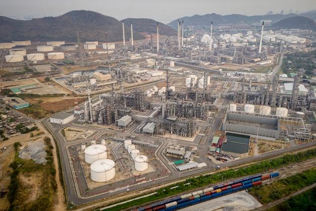 Raffinaderijolie en de fabrieksstreek van de aardolieindustrie in de lucht hoogste mening van thailand Premium Foto