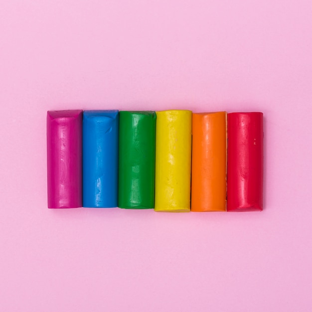 Rainbow stukjes plasticine voor het gieten Gratis Foto