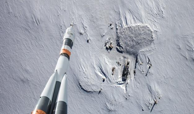 Raket die over de aardewolken vliegt in ruimte, elementen van dit die beeld door nasa wordt geleverd Premium Foto