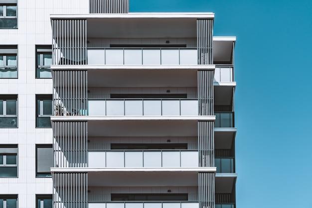 Ramen en balkons van de bovenste verdiepingen van een modern woongebouw Premium Foto