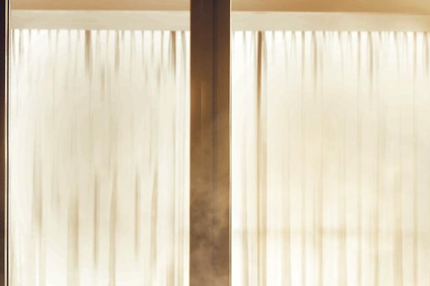 Ramen met het gordijn in een verlaten huis met een dramatische achtergrond Premium Foto