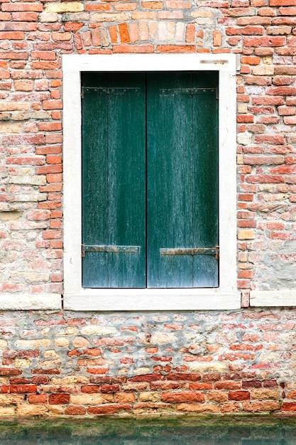 Ramen van oud huis in venetië, italië Premium Foto