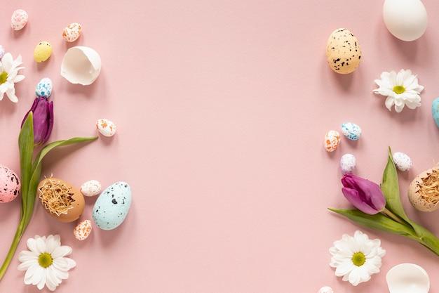 Rand van bloemen en beschilderde eieren Gratis Foto