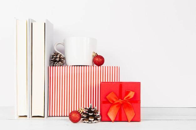 Rangschikking van boeken en kerstcadeaus Gratis Foto