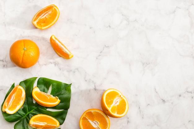 Rangschikking van plakjes oranje fruit Gratis Foto