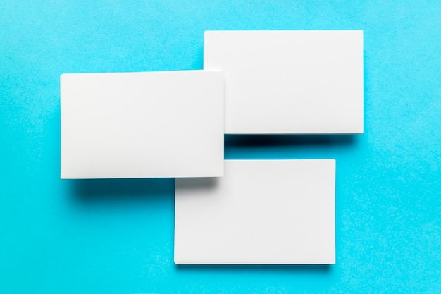 Rangschikking van witte enveloppen met platte laag Gratis Foto