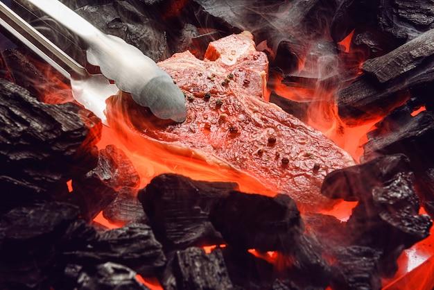 Rauw gemarmerd biefstuk met kolen en rook Premium Foto