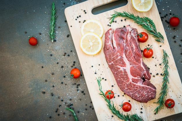 Rauw rundvlees op snijplank Gratis Foto