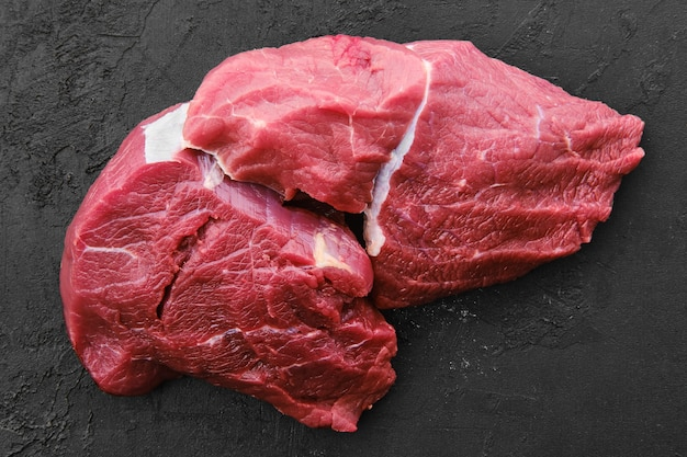 Rauw vers rundvlees chuck eye gebraden op zwarte achtergrond Premium Foto