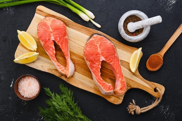 Rauw vers zalmlapje vlees op houten snijplank Premium Foto
