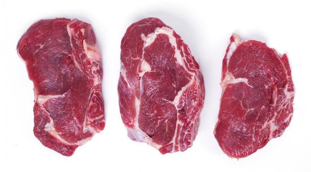 Rauwe biefstuk op wit papier Gratis Foto