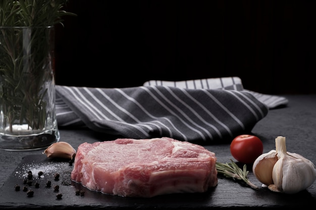 Rauwe bone steak. Premium Foto