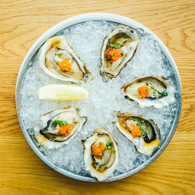 Rauwe en verse oestershell met citroen Gratis Foto