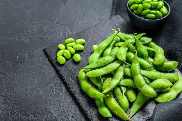Rauwe groene edamame sojabonen Premium Foto