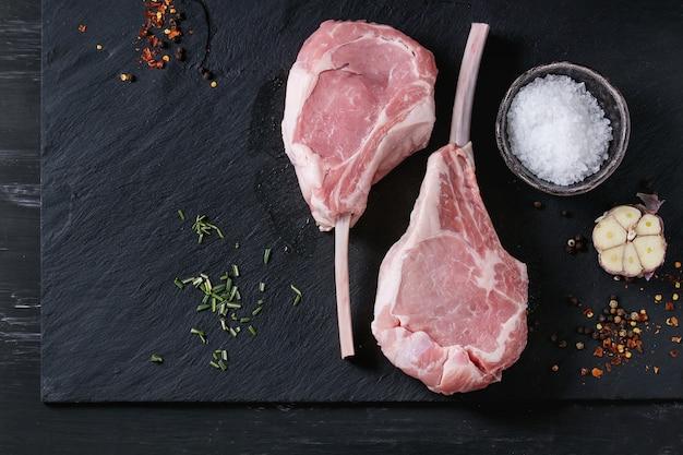 Rauwe kalfsvlees tomahawk steak Premium Foto