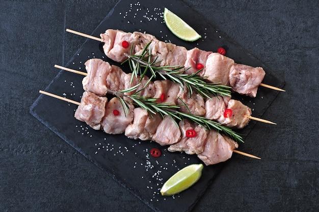 Rauwe kebabs met kruiden. kebabs koken. keto dieet. Premium Foto