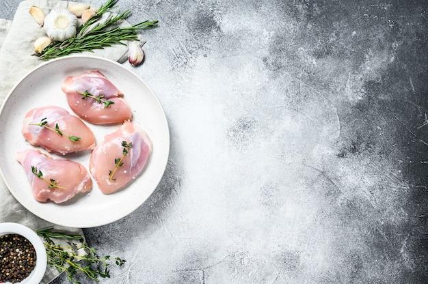Rauwe kip drumstick filet. grijze achtergrond. bovenaanzicht ruimte voor tekst Premium Foto