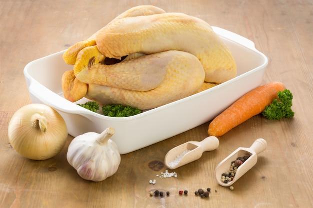 Rauwe kip klaar om te worden gekookt in een schotel Premium Foto