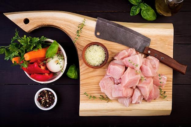 Rauwe kipfilet filets op houten snijplank met kruiden en specerijen. bovenaanzicht Gratis Foto