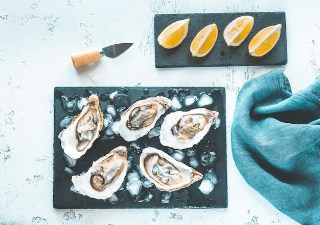 Rauwe oesters op het leisteen bord Premium Foto
