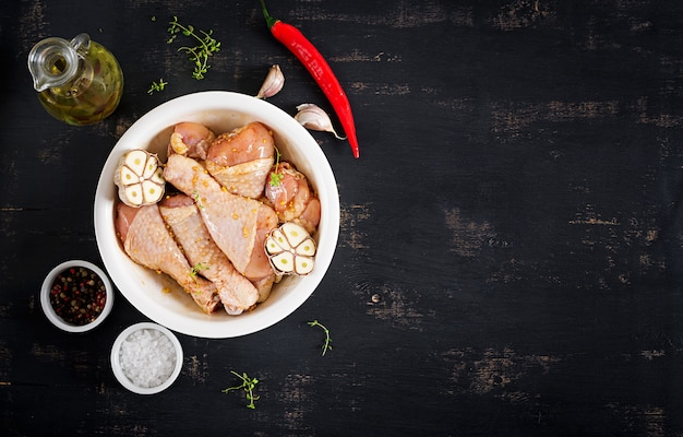 Rauwe ongekookte gemarineerde kippenpoten Premium Foto