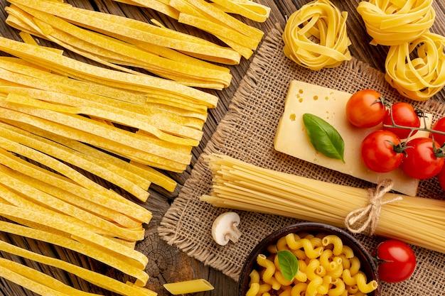 Rauwe pasta mix met tomaten en harde kaas Gratis Foto