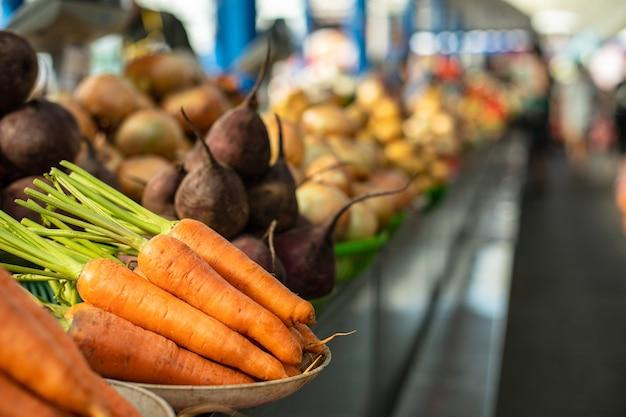 Rauwe wortelen en bieten op het aanrecht. Gratis Foto