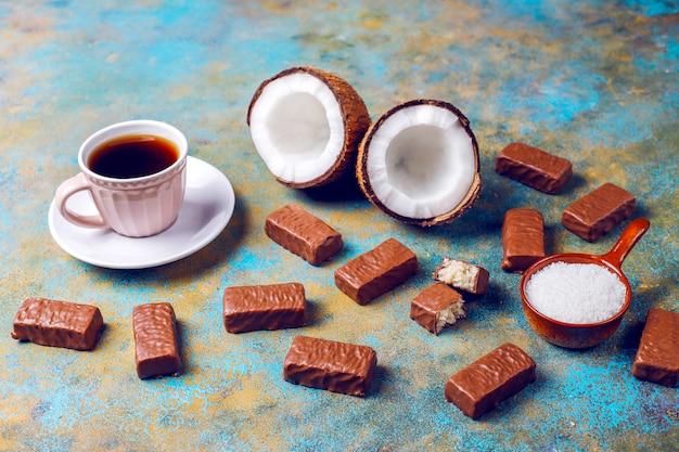 Rauwe zelfgemaakte vegan chocolade chocolade kokos dessert Gratis Foto