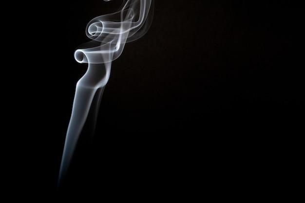 Realistische opname van een rookwolkje tegen een zwarte achtergrond Gratis Foto