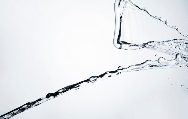 Realistische waterdynamiek op lichte achtergrond Gratis Foto